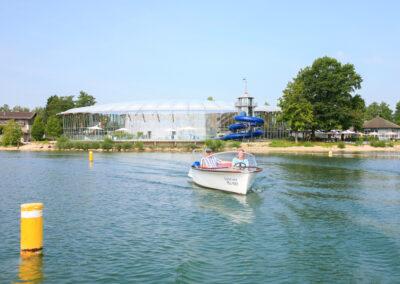 Boot beim Ausfahren aus dem Hafen